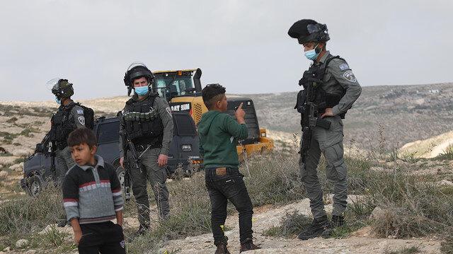 İşgalci İsrail güçleri Filistinlilere ait evleri yıkmaya devam ediyor: 12 Filistinli sokakta kaldı