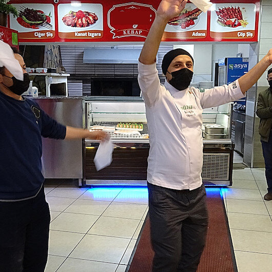 Düzcede lokantacılar, kafe ve restoranların açılmasını halay çekerek kutladı