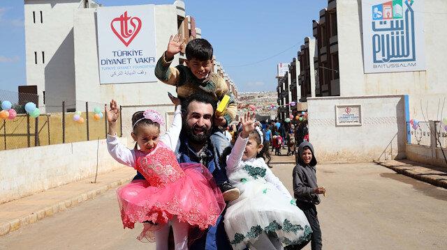 Diriliş Ertuğrul ve Kuruluş Osman dizinin oyuncuları Suriye'de: İdlibli yetimlerin yüzlerini güldürdüler