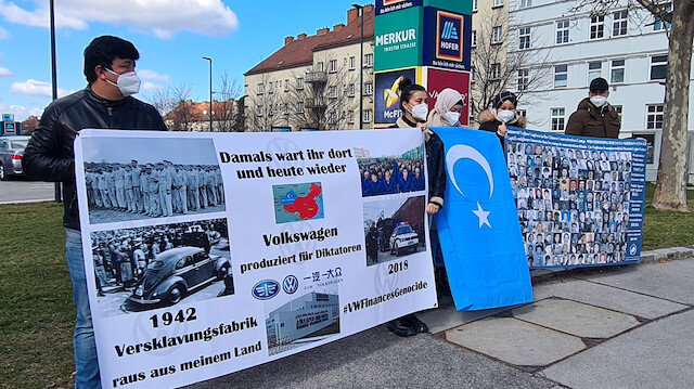 Avusturya'da Uygur Türkleri otomobil üreticisi Volkswagen firmasını protesto etti