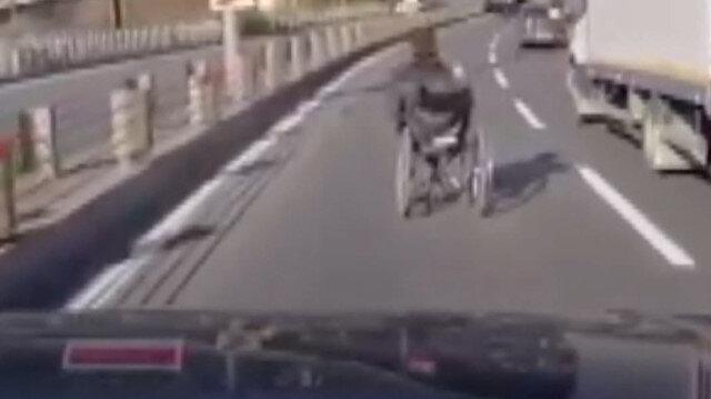 Sürücünün dikkati faciayı önledi: Yolu trafiğe kapatıp tekerlekli sandalyeli kişinin yolun karşına geçmesini sağladı