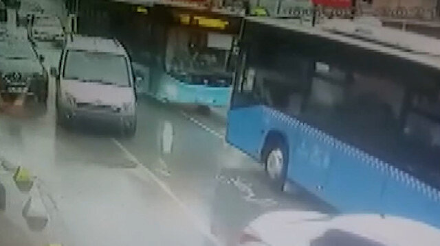 Beykoz'da yolcu otobüslerinin kafa kafaya çarpıştığı anlar kamerada