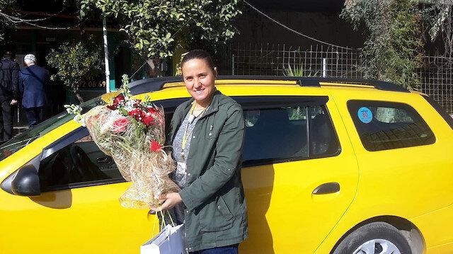 Şoför Sevim 5 yıldır direksiyon başında: O İzmir'in tek kadın taksi şoförü