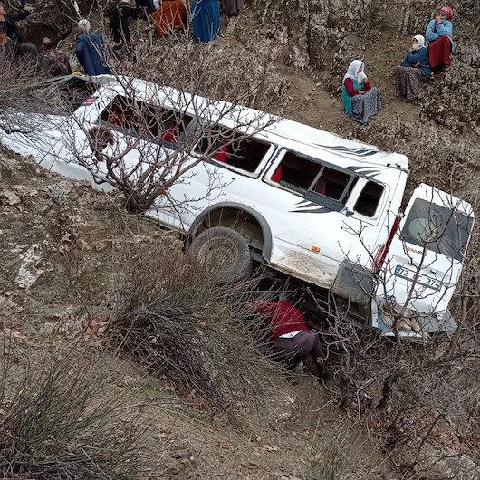 Batman'da öğrencileri taşıyan servis minibüsü 300 metre uçurumdan yuvarlandı: İki kardeş öldü 27 yaralı