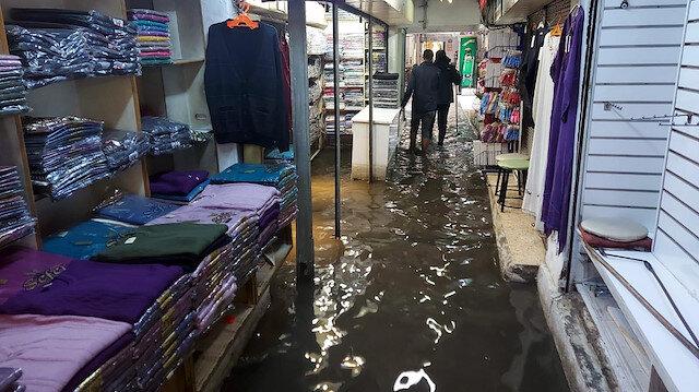 Sağanak yağmur İzmir'de etkili oldu: Kemeraltı'nda  işhanını su bastı