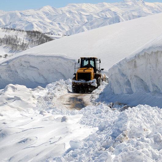 5 metre karla mücadele: Muş'ta kardan tünellerin oluştuğu bölgede adım adım ilerliyorlar