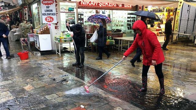 İzmir'de esnaf yine mağdur: Kemeraltı Çarşısı su baskınına teslim oldu