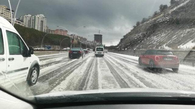 Ankara'da şiddetli dolu yağışı: Sokaklar beyaza büründü