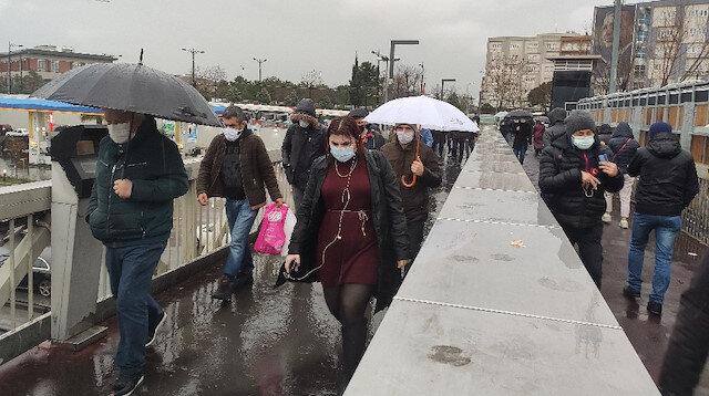 İstanbul'da aniden bastıran yağmur vatandaşlara zor anlar yaşattı
