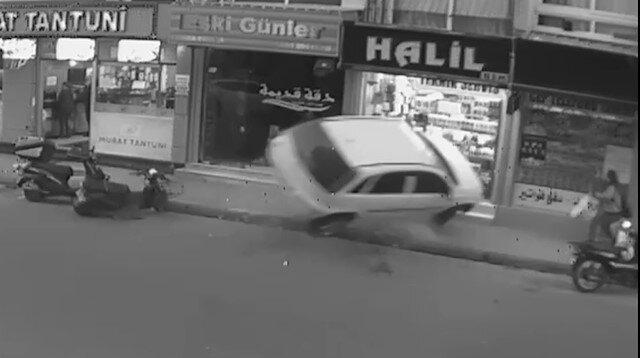 Mersin'de iş yerinin vitrinine çarpan otomobilin kaza anı kamerada