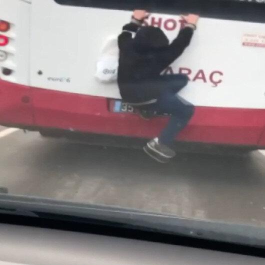 Hareket halindeki otobüse tutunan çocuk yürekleri ağza getirdi