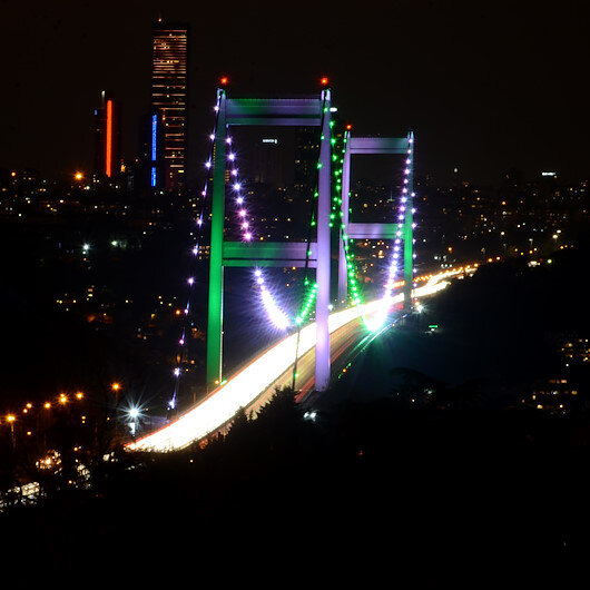 İstanbulun köprüleri Pakistan Milli Günü için yeşil ve beyaz renklerle aydınlatıldı