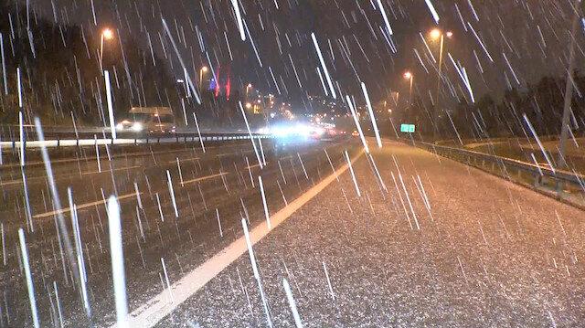 İstanbul'da kar yağışı etkili oldu, yollar beyaza büründü