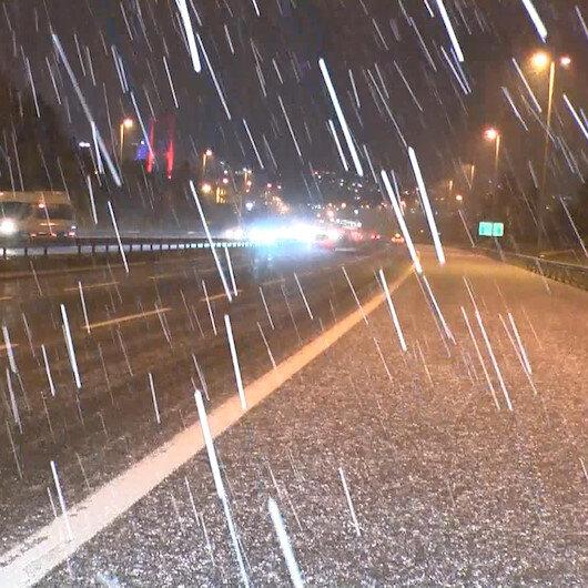 İstanbulda kar yağışı etkili oldu, yollar beyaza büründü