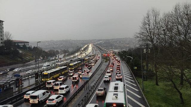 İstanbul'da kar yağışı trafiği felç etti: Yoğunluk yüzde 69