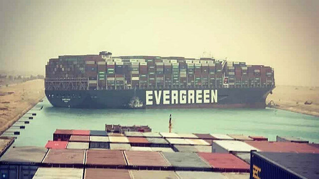 Süveyş Kanalı'nda bir konteyner gemisi deniz trafiğini durdurdu