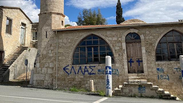 Güney Kıbrıs'ta yeni provokasyon: Cami duvarına Yunanistan bayrağı çizildi