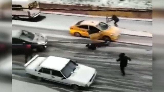 Kayan taksiyi kapısını tutarak tutmaya çalıştı, panikleyen müşteri kendisini dışarı attı