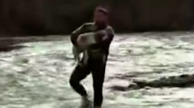 Simav Çayı'nda mahsur kalan köpek böyle kurtarıldı