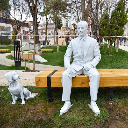 CHP'li Bilecik Belediyesi'nin yaptırdığı 'Atatürk ve köpeği Foks' heykeli bakım sonrası eski yerinde