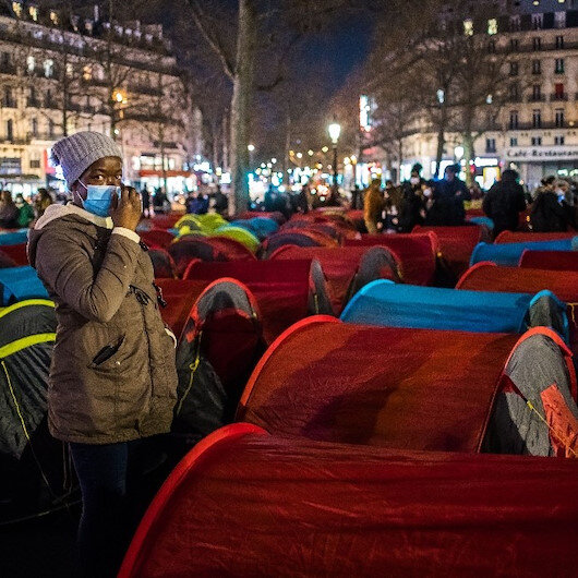 Yüzlerce göçmen, Paris'in göbeğine çadır kurdu