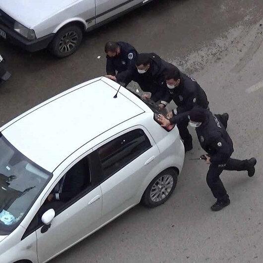 Hatayda aracı arıza yapan sürücünün imdadına polis yetişti: Önce akü desteği verdiler sonra iterek çalıştırdılar