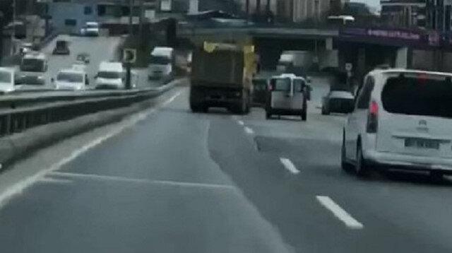 Sultangazi'de yolda inatlaşan sürücülerin trafiği tehlikeye attığı anlar kamerada