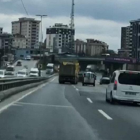 Sultangazide yolda inatlaşan sürücülerin trafiği tehlikeye attığı anlar kamerada