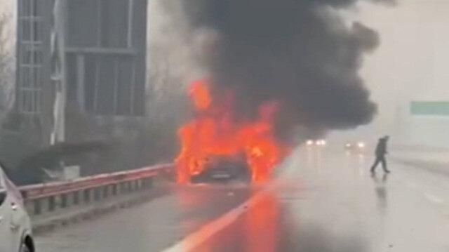 TEM Otoyolu'nda otomobil alev topuna döndü