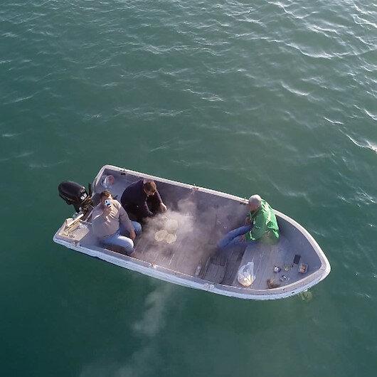 Adanada mesire alanlarında yasak olunca teknede mangal yaktılar