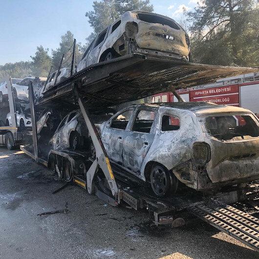 Bucak'ta otomobil yüklü TIR alev alev yandı: Sıfır kilometre 7 araç kül oldu