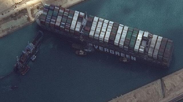 Süveyş Kanalı'nda sıkışan yük gemisi kurtarıldı