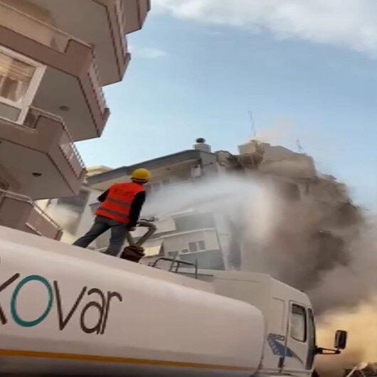 İzmirde ağır hasarlı binanın çökme anı kamerada