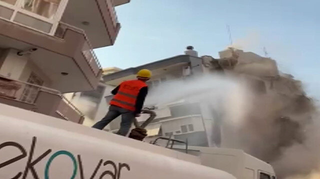 İzmir'de ağır hasarlı binanın çökme anı kamerada