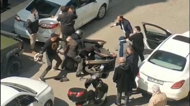 Eline aldığı kaskıyla defalarca vurdu: Trafikte kasklı kavga kamerada
