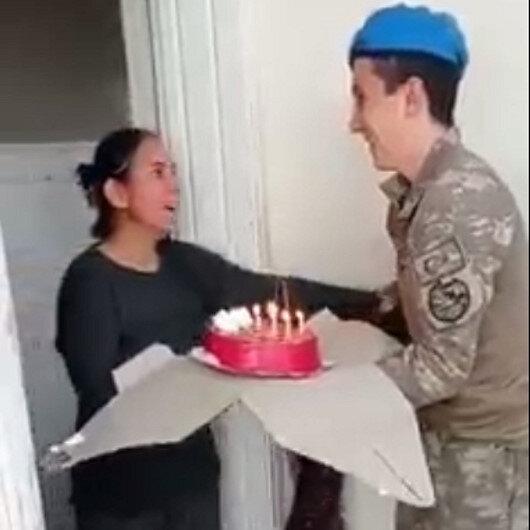 Afrinde görevli Mehmetçik 10 aydır görmediği annesine doğum günü sürprizi yaptı