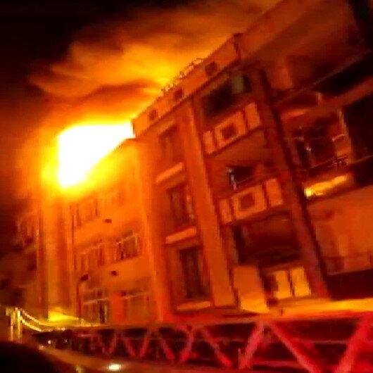 Küçükçekmecede 3 katlı binanın çatısı alev alev yandı