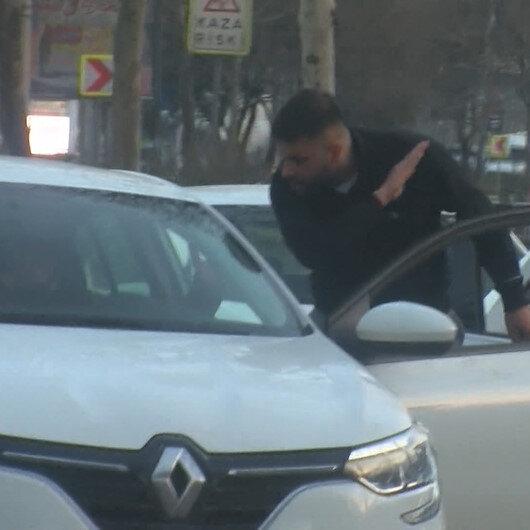 Trafik magandası durdurduğu araçtaki sürücüyü darp etti