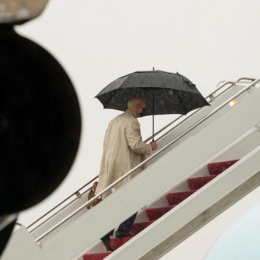 Uçağın merdiven basamaklarını bu kez temkinli çıkan Biden yine düşme tehlikesi yaşadı