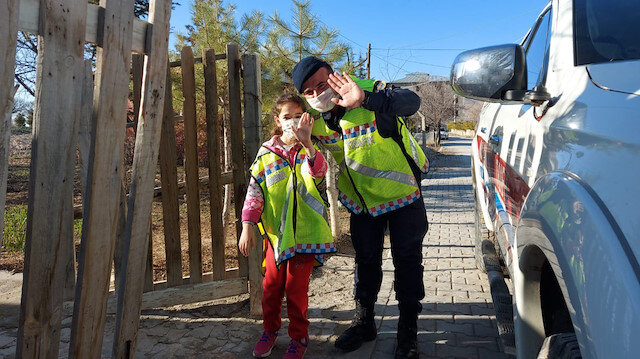 Kahramanmaraş'ta jandarma otizmli Nida'nın yüzünü güldürdü