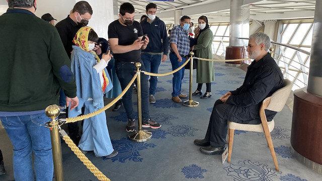 İran'dan bir Kasım Süleymani heykeli daha: Gökdelende sergiliyorlar
