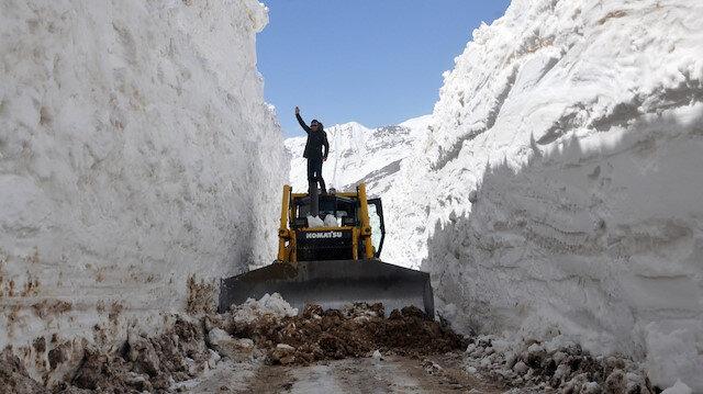 Yüksekova'da 8 metrelik kar tünelleri