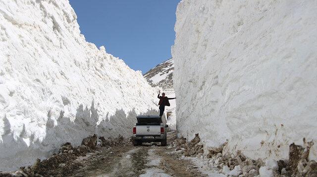 Yüksekova'da nisanda 7 metre karla mücadele