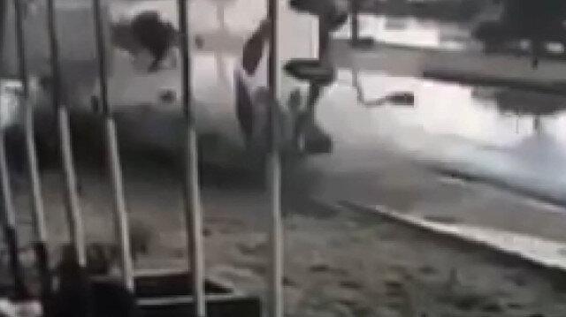 Kayganlaşan yolda kontrolden çıkan otomobil takla attı: O anlar kamerada