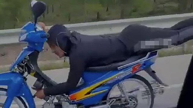 Muğla'da motosiklet üzerinde tek elle yolculuk yapan sürücü kamerada