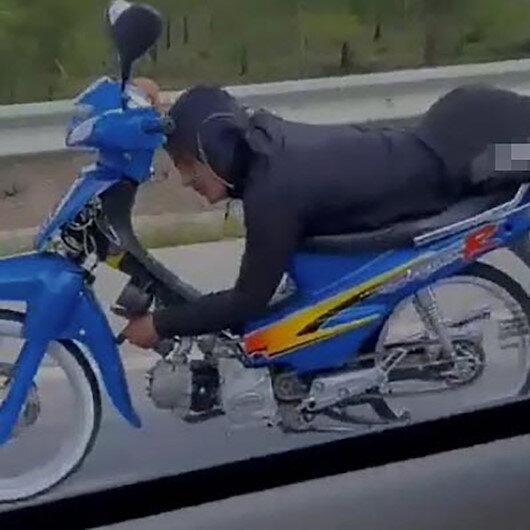 Muğlada motosiklet üzerinde tek elle yolculuk yapan sürücü kamerada