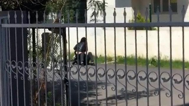 Yere yatırdığı adamı 'paramı ver' diyerek darbeden kadın kamerada
