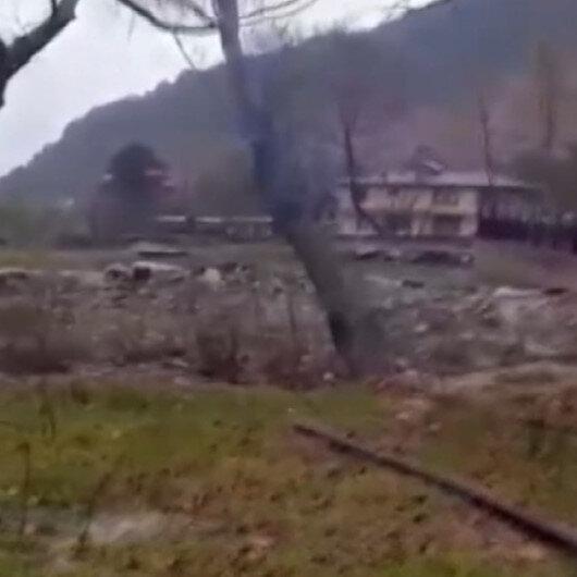 Bursada etkili sağanak: Sel sularına dayanamayan ağaç böyle devrildi