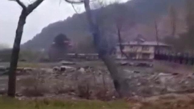 Bursa'da etkili sağanak: Sel sularına dayanamayan ağaç böyle devrildi