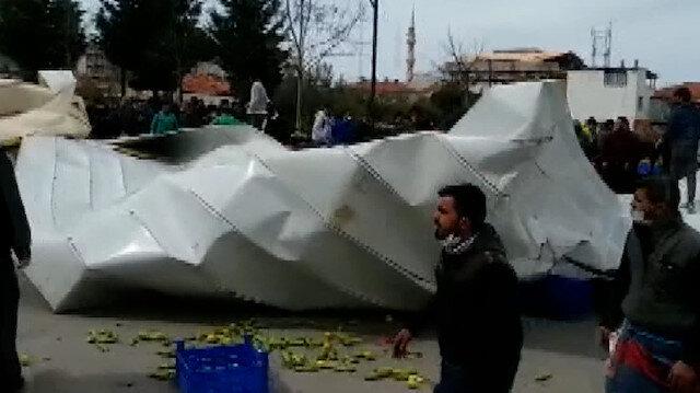 İzmir'de fırtına: Kültür merkezinin çatısı pazaryerinin üzerine uçtu
